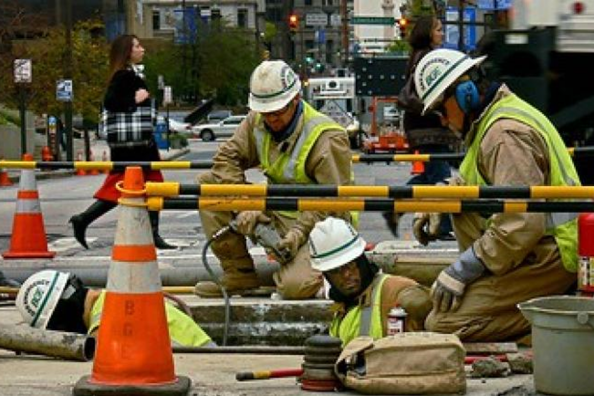 workers maintaining a gas line